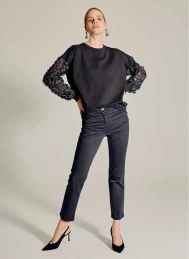 NGSTYLE Kolları Çiçek Detaylı Sweatshirt Siyah